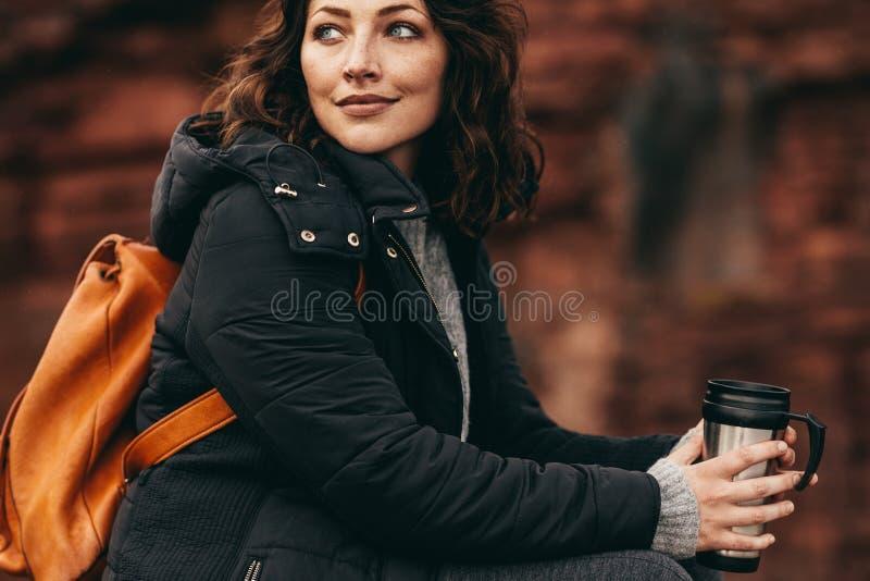休息用咖啡的女性远足者 库存照片