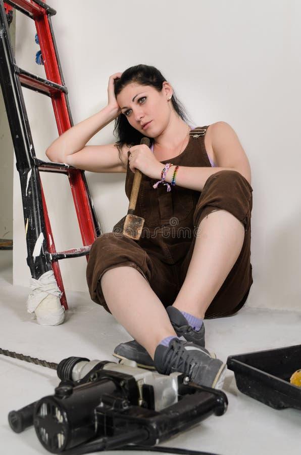 休息疲乏的妇女,当重新装修时 图库摄影
