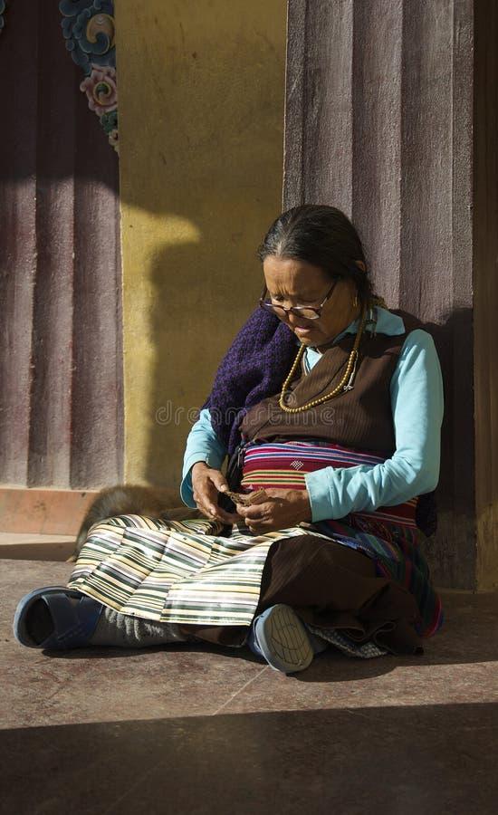休息的西藏妇女 图库摄影