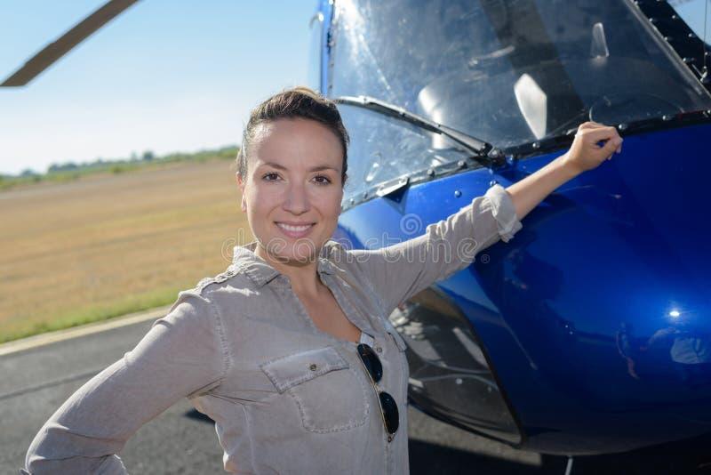 休息胳膊的试验总体的美丽的妇女反对直升机 库存照片