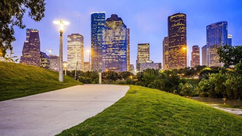 休斯敦市地平线在从埃莉诺廷斯利公园的晚上 免版税库存照片