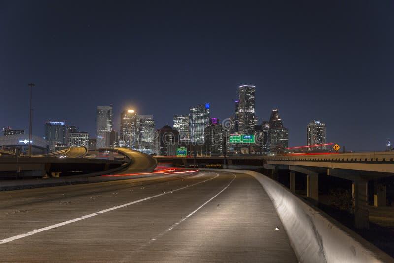 休斯敦街市从高速公路在晚上 免版税库存图片
