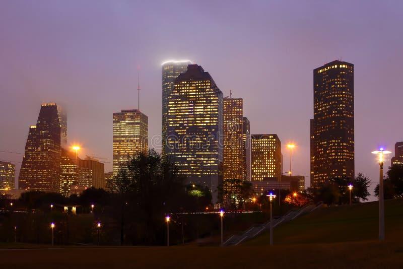 休斯敦,得克萨斯地平线在有薄雾的夜 免版税库存照片