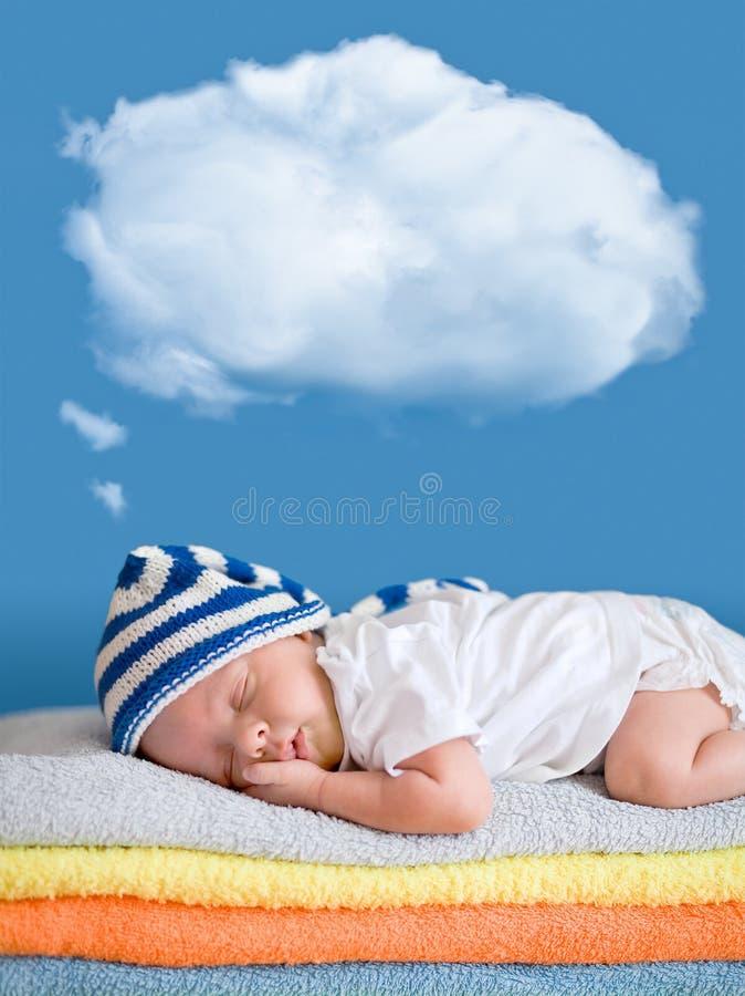 休眠与一朵作的气球云彩的小婴孩 图库摄影