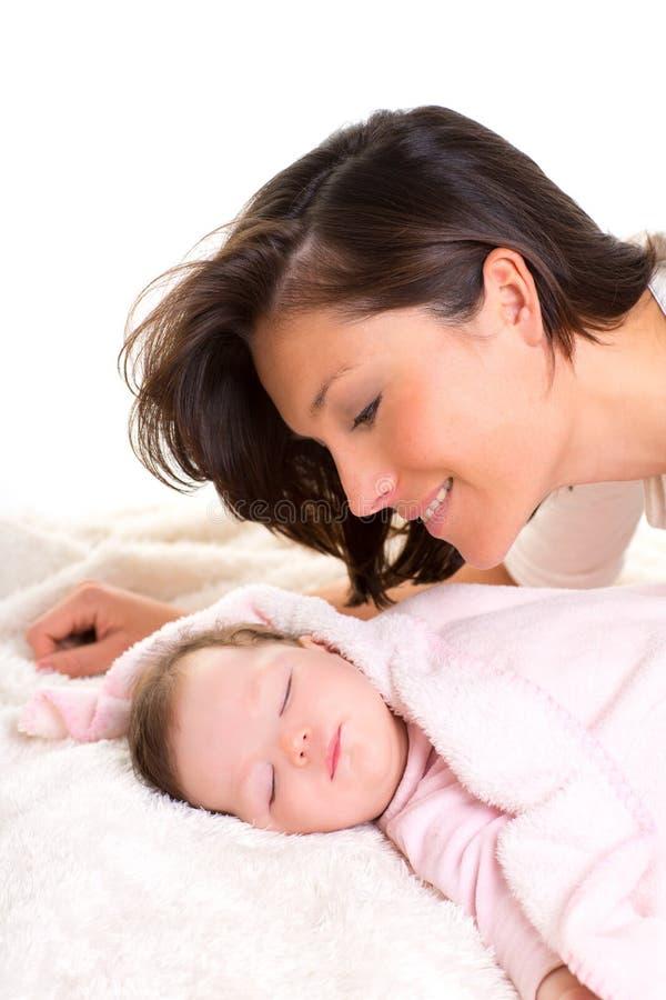 休眠与近母亲关心的女婴 免版税库存照片