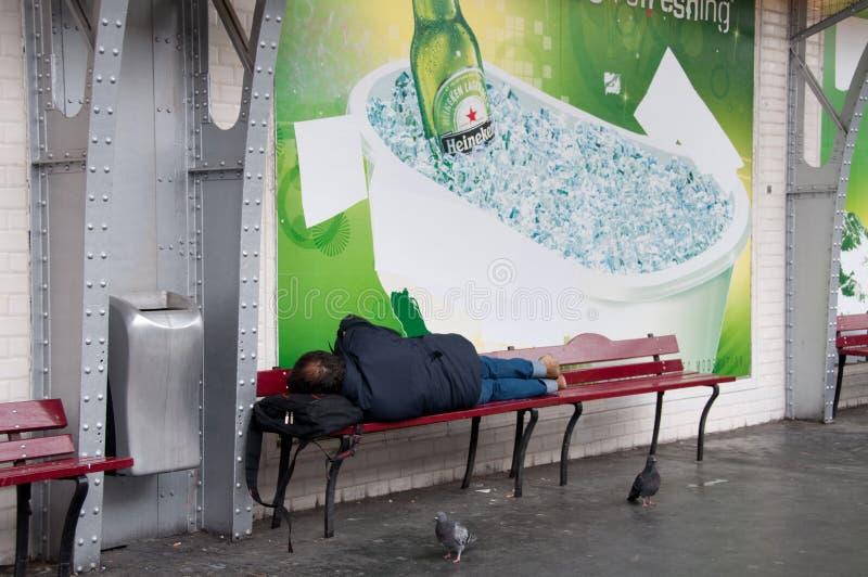 休眠广告无家可归的人的地铁下 图库摄影