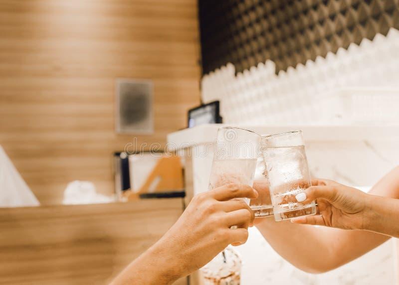 休闲、假日,吃,人和食物概念-吃晚餐在餐馆和使饮料叮当响的朋友 库存照片