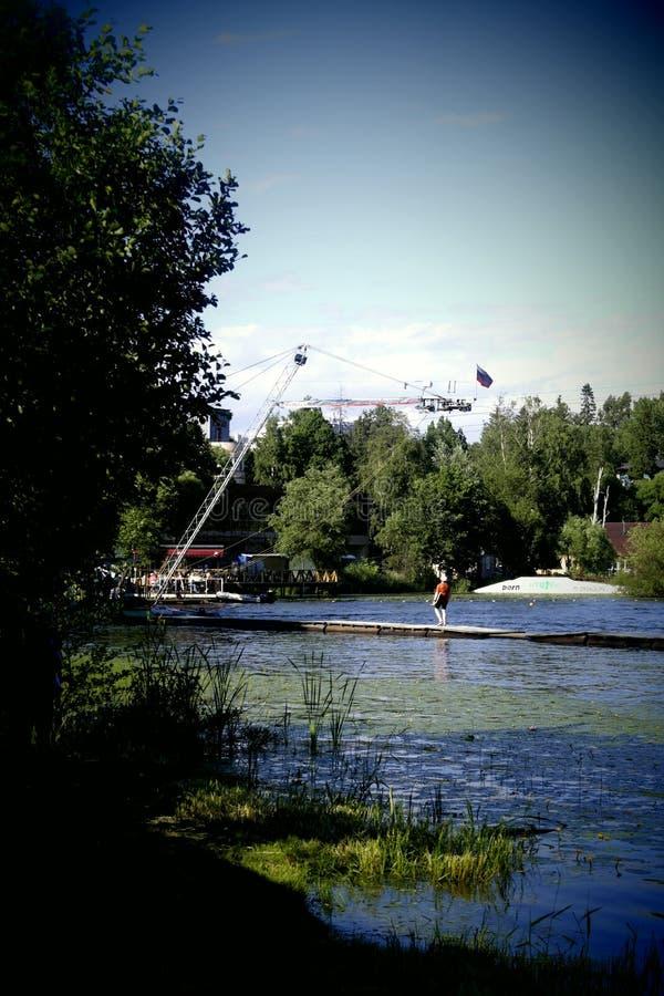 休闲和体育在一个平均Suzdal湖在夏天 库存图片