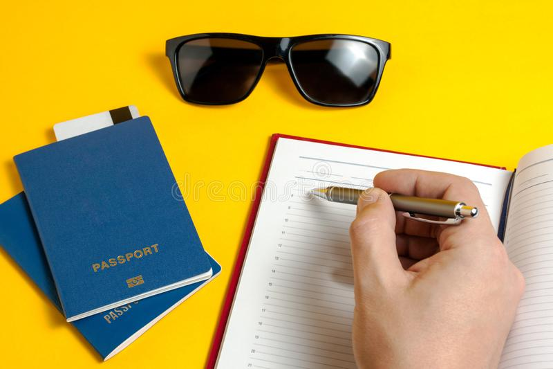 休闲和旅游业的概念 生物统计的护照、太阳镜和供应旅客的 免版税库存图片