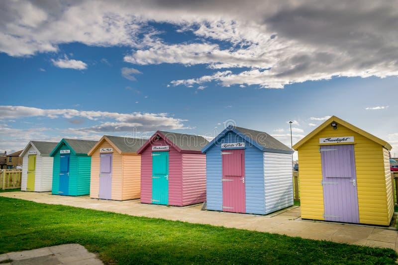 众多的多色的海滩小屋 免版税库存照片