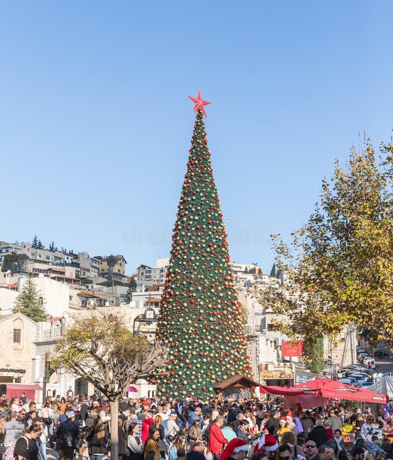 众多的游人在正方形附近走在圣诞树附近在拿撒勒市在以色列 库存图片