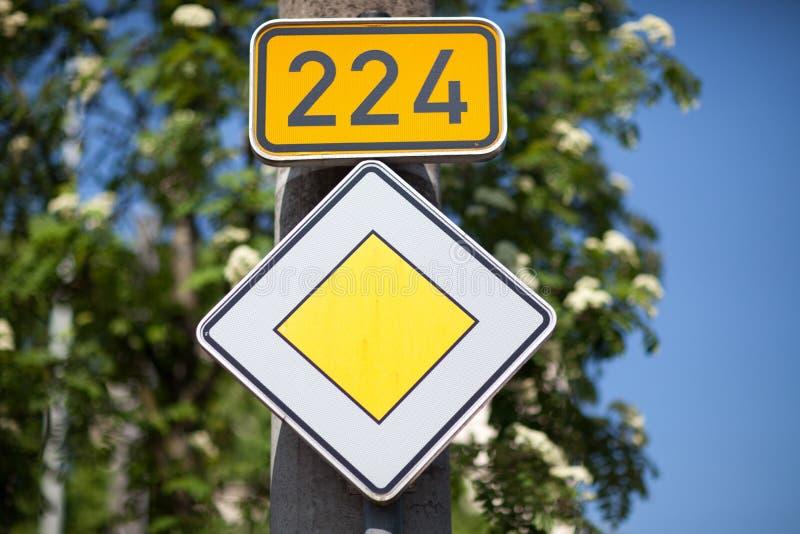 优先权交通标志 免版税库存图片