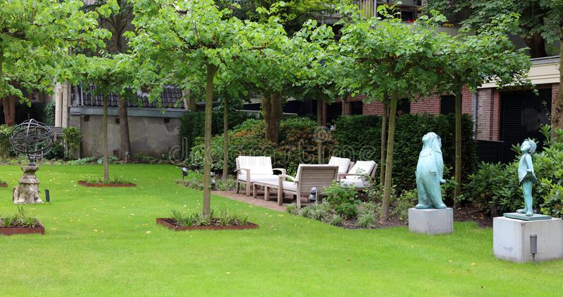 优等的典雅和现代旅馆后院休息室在阿姆斯特丹,荷兰在欧洲 位子在豪华优质旅馆 免版税库存图片