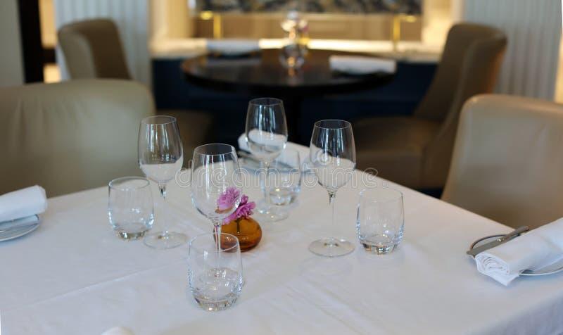 优等的典雅和现代餐馆在阿姆斯特丹,荷兰在欧洲 位子、桌和灯在豪华优质旅馆 库存照片