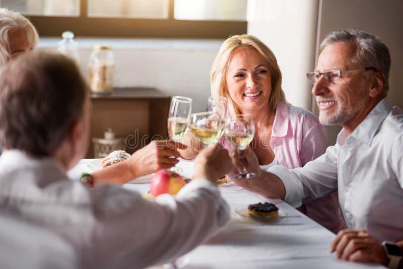优等的加工好的朋友有饮料在厨房 免版税图库摄影