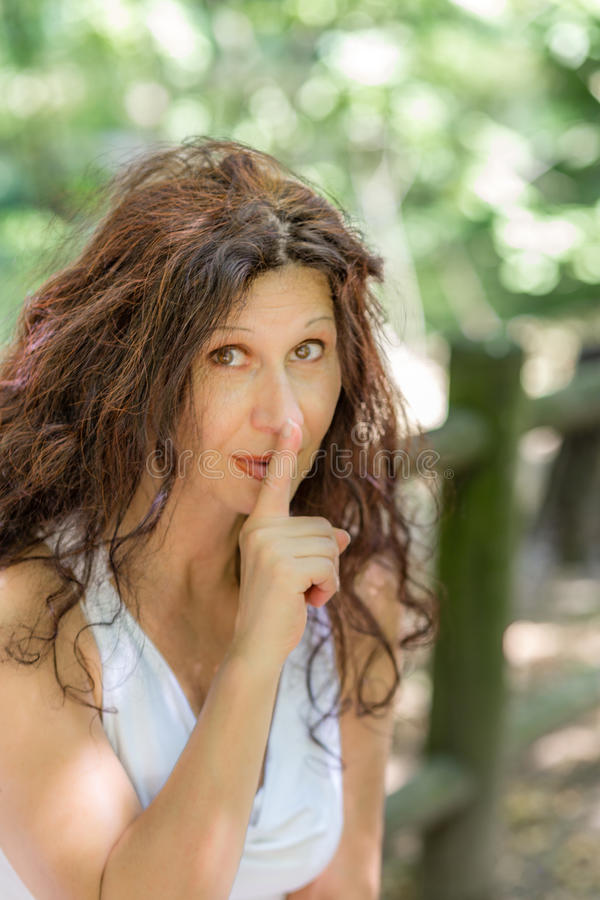 优等的妇女请求沈默 免版税库存图片