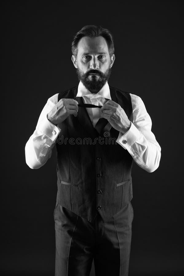 优等的样式 人有胡子的人穿戴白色衬衫和经典背心成套装备 正式成套装备 典雅的成套装备成熟人 ?? 免版税库存照片