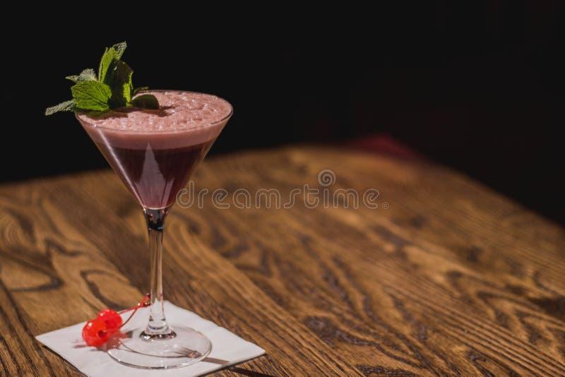 优等的鸡尾酒,用薄菏和樱桃在餐巾 免版税库存照片