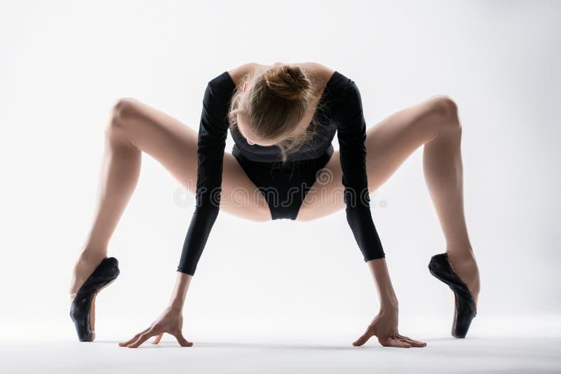 优美的芭蕾舞女演员做舒展 库存图片