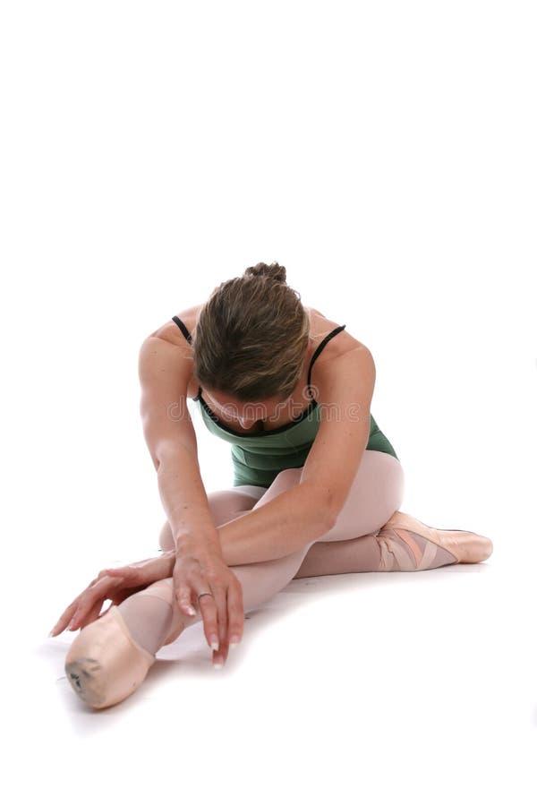 优美的芭蕾舞女演员舒展她的行程非常 库存图片