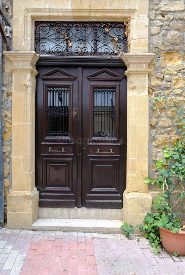 优美的黑暗的木门,特点塞浦路斯 免版税库存照片