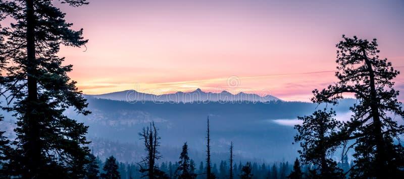 优胜美地国立公园早moring的日出视图 库存图片