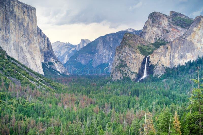 优胜美地谷如被看见从隧道视图远景点在一个风雨如磐的夏日,优胜美地国家公园,加利福尼亚 免版税库存图片