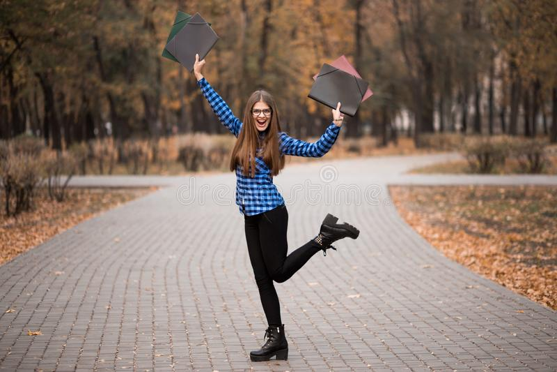 优胜者女孩欣快佩带在蓝色衬衣,在事业途中的感觉的巨大事,工作往成功和到达了它 库存图片