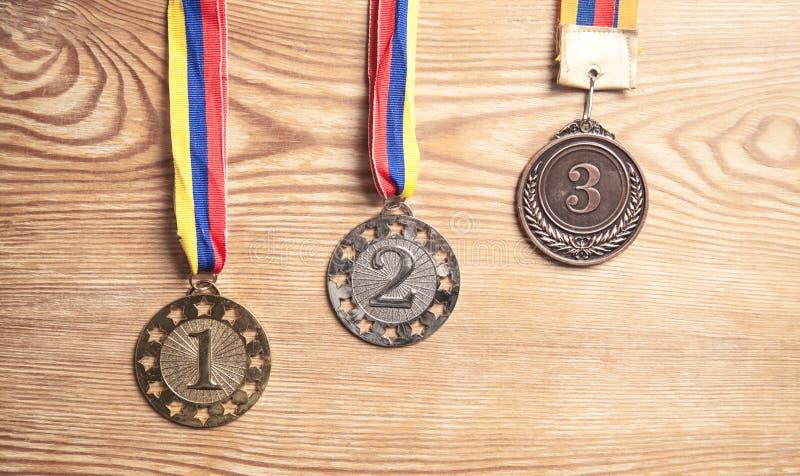 优胜者的奖牌奖木背景的 库存照片
