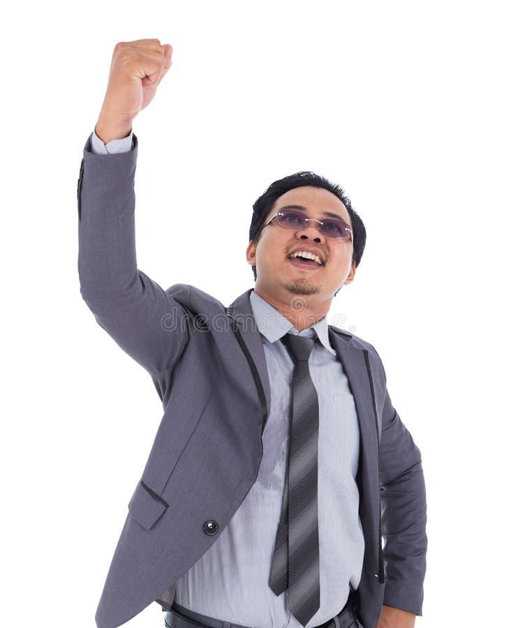 优胜者衣服的商人与胳膊在白色b上升了隔绝 免版税库存照片