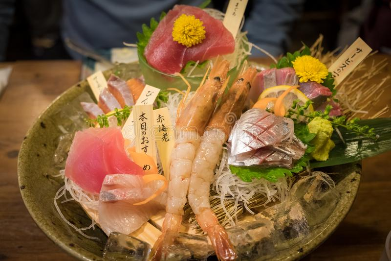 优质生鱼片,在碗的混合生海鲜在日本料理店 免版税库存图片