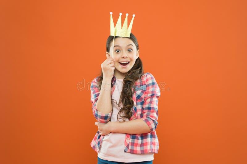 优越公主 幸福和喜悦概念 乐趣和幽默 获得女孩的孩子乐趣 r ? 免版税库存图片