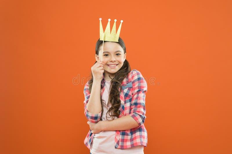 优越公主 获得的愉快与照片摊支柱的乐趣 嬉戏的心情 金黄冠适合她 幸福和喜悦 免版税库存图片