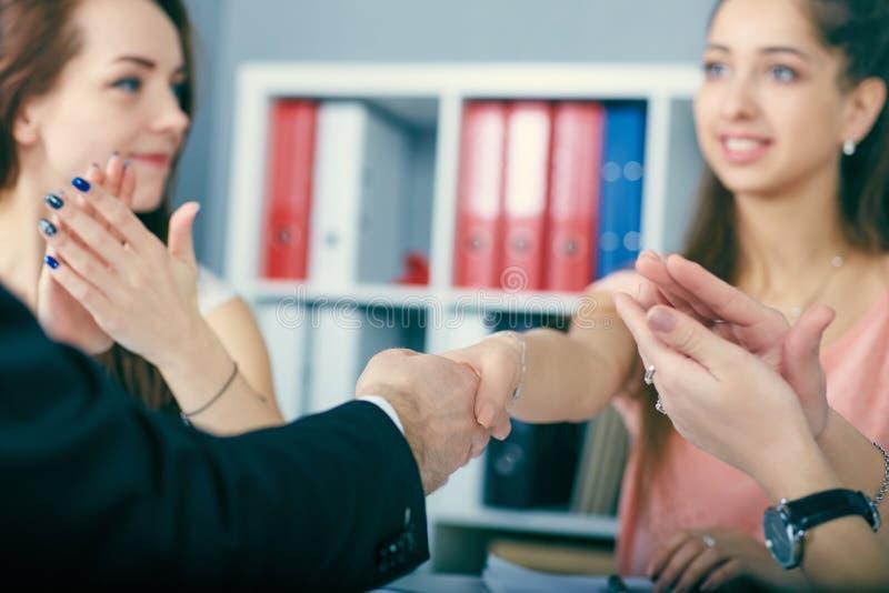 伙伴做成交,密封与handclasp 关闭企业握手在办公室 严肃的事务和 免版税库存照片