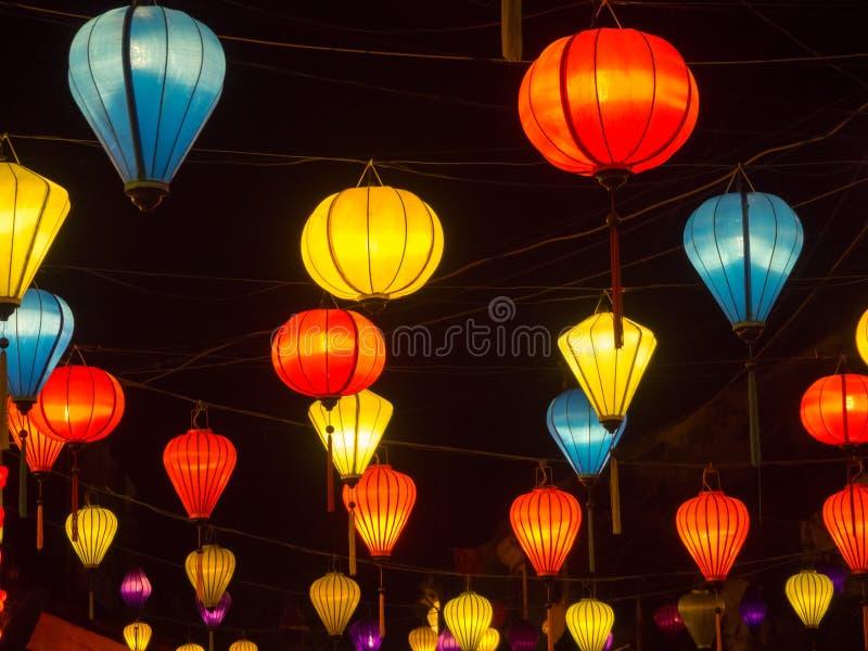 会安市古镇街道的灯笼卖主在中央越南,垂悬到处创造的五颜六色的灯笼伟大 免版税图库摄影