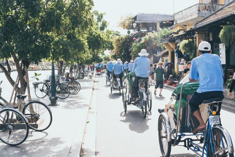 会安市,越南- 2019年6月:人力车在古镇中心的运输游人 免版税库存图片