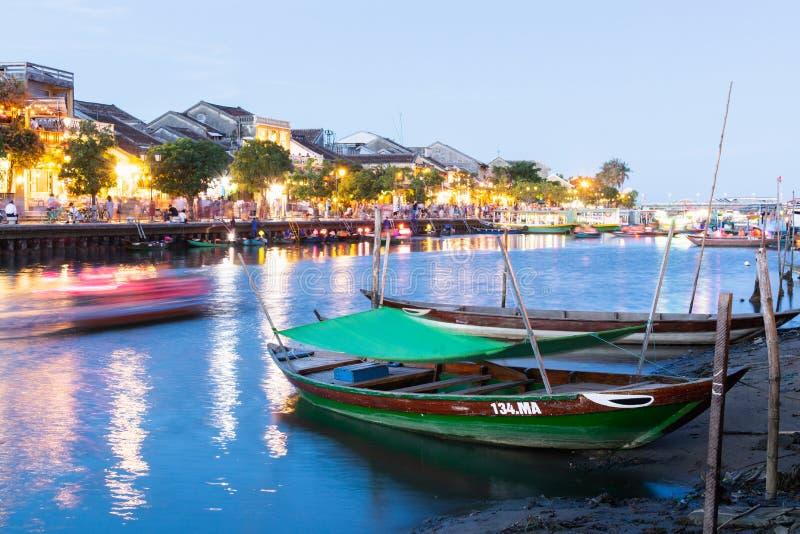 会安市,越南- 2019年6月:在星期四好的妙语河的五颜六色的游船航行 库存照片