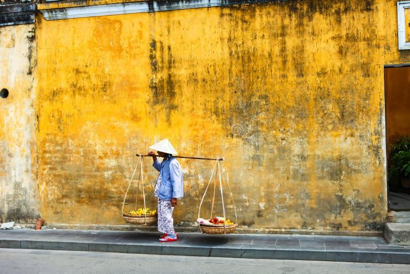 会安市, QUANG NAM,越南, 2018年4月26日, :hoi的越南妇女街边小贩越南在古镇会安市有看法  免版税库存图片