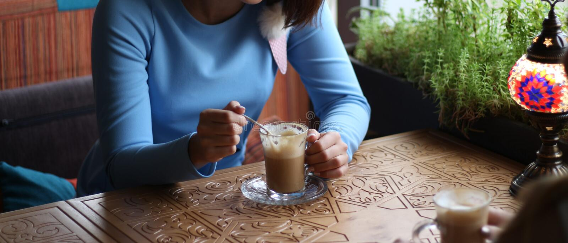 会见客户 一起享用在咖啡馆 见面在咖啡馆的少妇 见面在咖啡的一个咖啡馆 蓝色礼服, sittin 库存照片