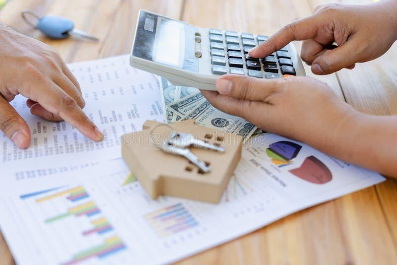 会计和税务监查由审查员和顾问在加入一个贷款协议前家庭购买的能检查 免版税库存照片