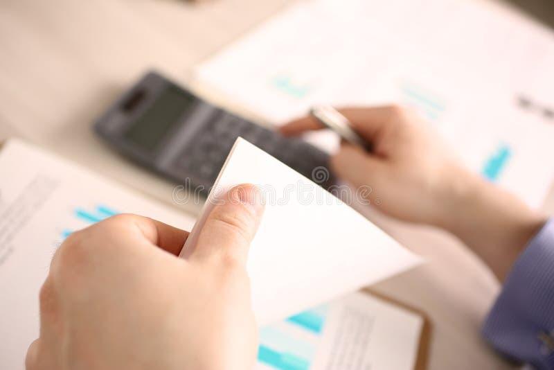 会计男性工作者回顾税报告概念 免版税库存图片
