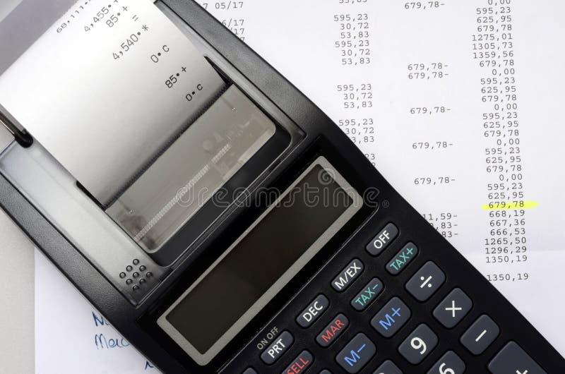 会计计算器和图列出 免版税图库摄影