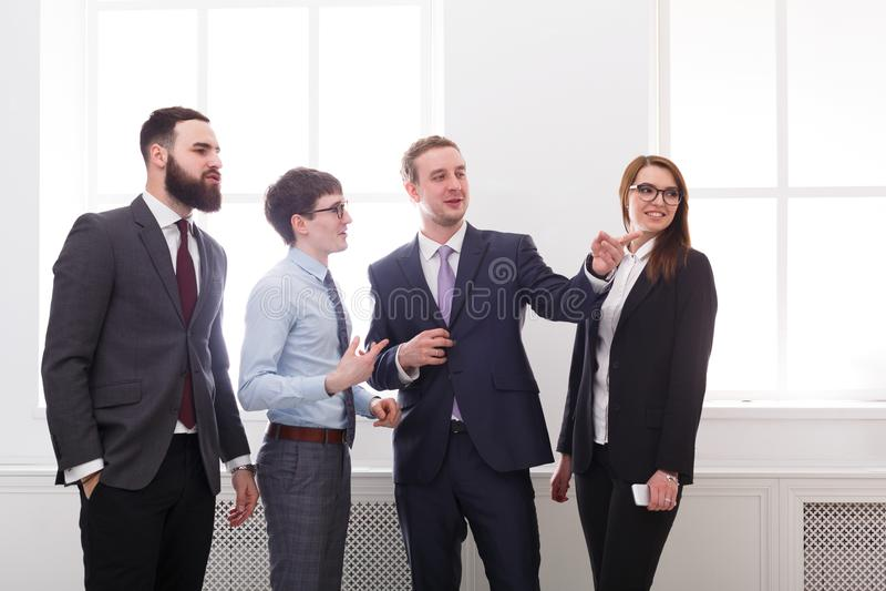 会议商人,讨论 总公司 成功 配合概念 3d背景镜象人寿保险业白色 免版税图库摄影