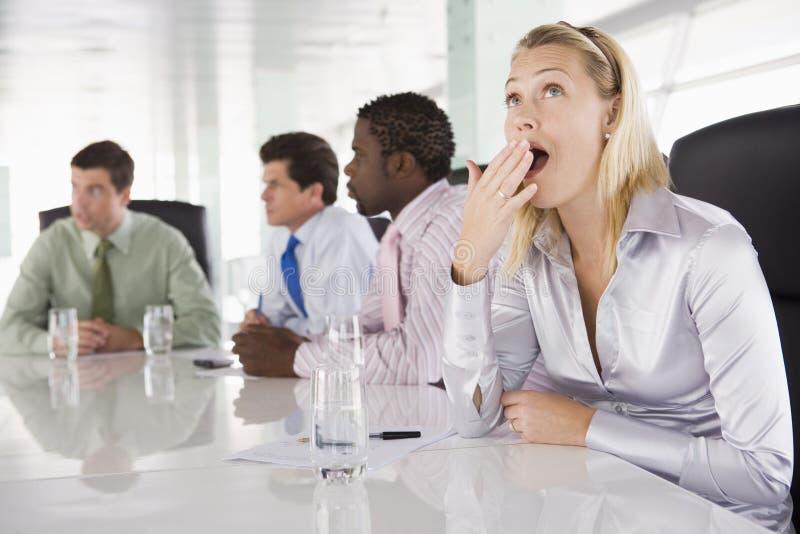 会议室买卖人四一个打呵欠 免版税库存照片