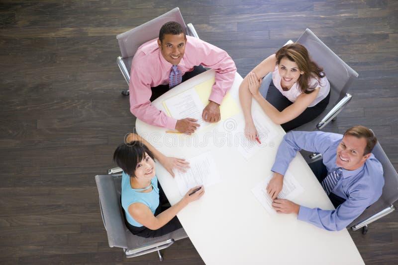 会议室买卖人四微笑的表 免版税库存照片