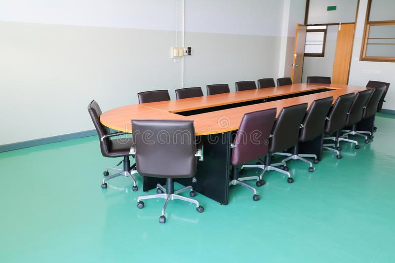 会议室会议研讨会当代固定式 到达天空的企业概念金黄回归键所有权 库存照片