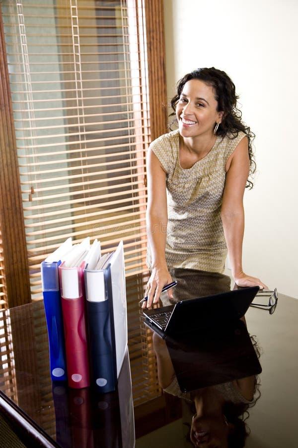 会议室女性西班牙办公室俏丽的工作&# 免版税库存图片