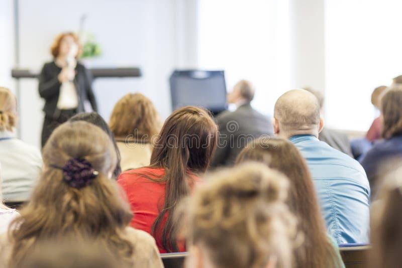 会议的人听讲师的 回到视图 免版税图库摄影