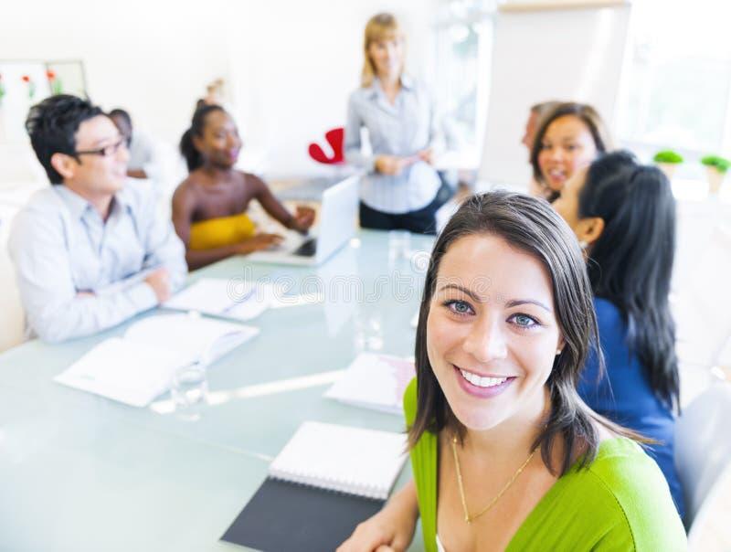 会议的女商人与同事 免版税库存图片
