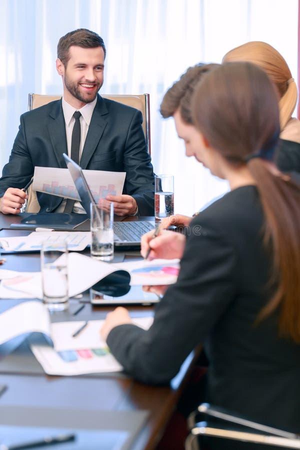 会议领导与他的同事谈话 免版税库存照片